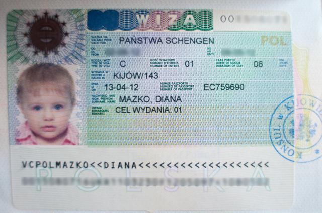 Как оформить выезд за границу ребёнка с бабушкой: какие документы нужны